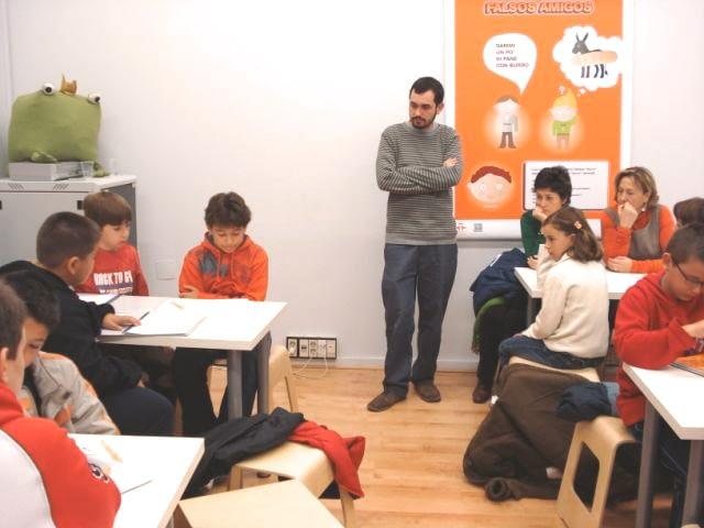 Todos escuchando la exposición de uno de los participantes.